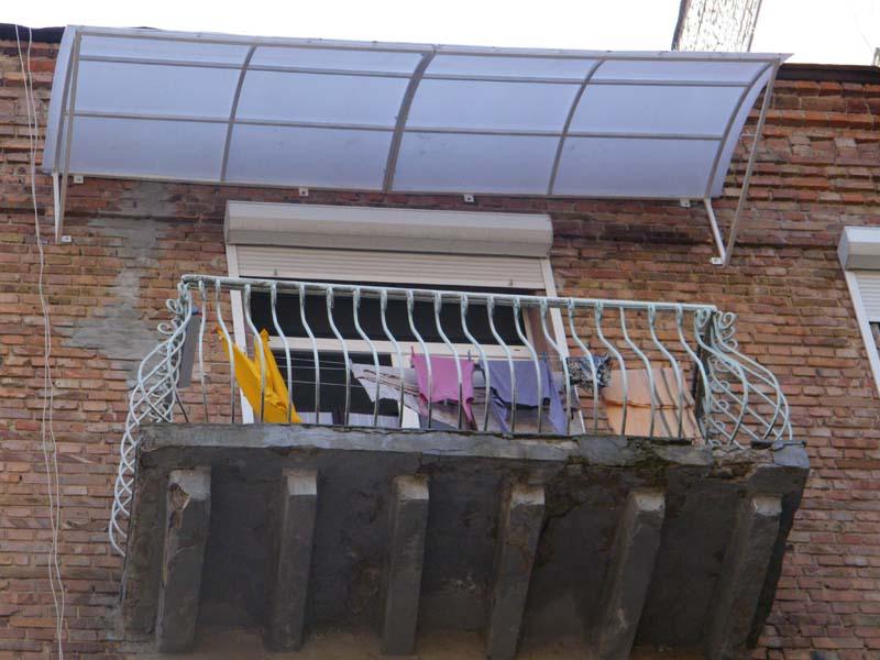 Козырек под балконом..