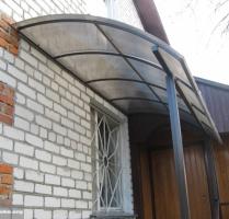 Козырек металлический покрыт поликарбонатом