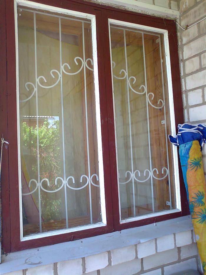простая металлическая защита для окна с внутренней стороны