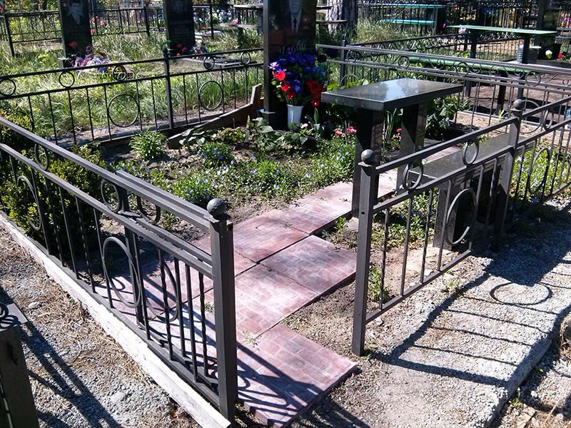 123Лавочка из металла на кладбище